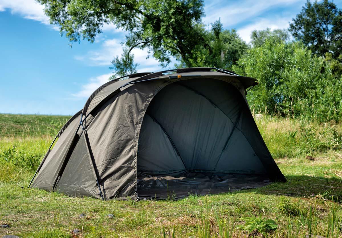 """Das """"Prologic Commander X1"""" ist das ideale Zelt für alle, die gerne eine längere Zeit am Wasser verbringen oder gemeinsam zum Fischen gehen wollen. Das geräumige und komfortable Zelt ist dank der speziellen X-Frame Konstruktion und des sturmsicheren Spezialstoffes aus beschichtetem Gewebe sehr stabil und hält sämtlichen Wetterbedingungen stand. Der Innenraum bietet genug Platz für zwei Liegen und Gepäck. Foto: BLINKER/W. Krause"""