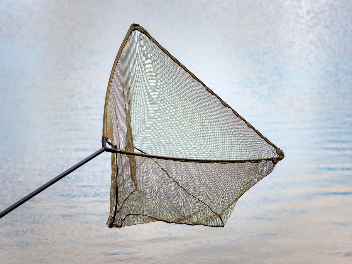 Der Karpfenkescher von AngelHAACK ist dank eines Durchmessers von 106 Zentimetern groß und robust genug, um sämtliche Karpfen sicher zu landen. Trotzdem ist er leicht und einfach zu händeln und im Karpfencamp bestens aufgehoben. Der Stab ist zweiteilig, das reduziert das Packmaß. Da der Kescherkopf abschraubbar ist, lässt die Stange sich auch als Futterhilfe verwenden. Foto: BLINKER/W. Krause