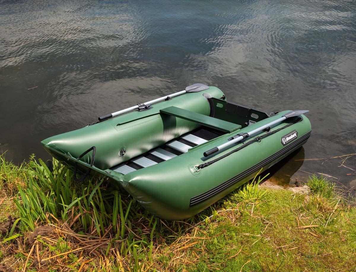 """Durch den ungewöhnlich breiten Bug bietet das """"Laguna"""" von Allroundmarin mehr Innenfläche und somit auch mehr Platz für Personen, Tackle und Futter. Zudem ist die seitliche Stabilität erhöht, was das Drillen und Füttern deutlich erleichtert. Der Alu-Lattenboden ist fest im Boot verbaut und muss daher nicht ständig neu eingepasst werden. Ein weiteres praktisches Extra ist das Sitzbrett. Es lässt sich verschieben und die Sitzposition kann so jederzeit bequem verändert werden. Das Boot ist 2,49 Meter lang und 1,45 Meter breit. Foto: BLINKER/W. Krause"""