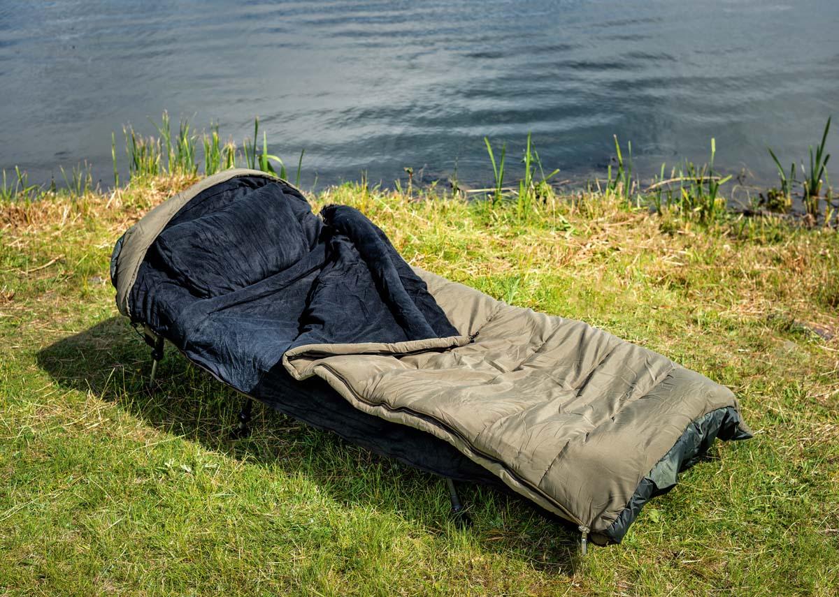 """Der """"5 Season""""-Schlafsack von B.Richi ist gut durchdacht. Im Kopfteil befinden sich ein separates Kissen, ein flexibles Moskitonetz und eine kleine Tasche für Wertsachen. An den Seiten hat er """"Panik-Reisverschlüsse"""", die sich schnell öffnen lassen. Foto: BLINKER/W. Krause"""