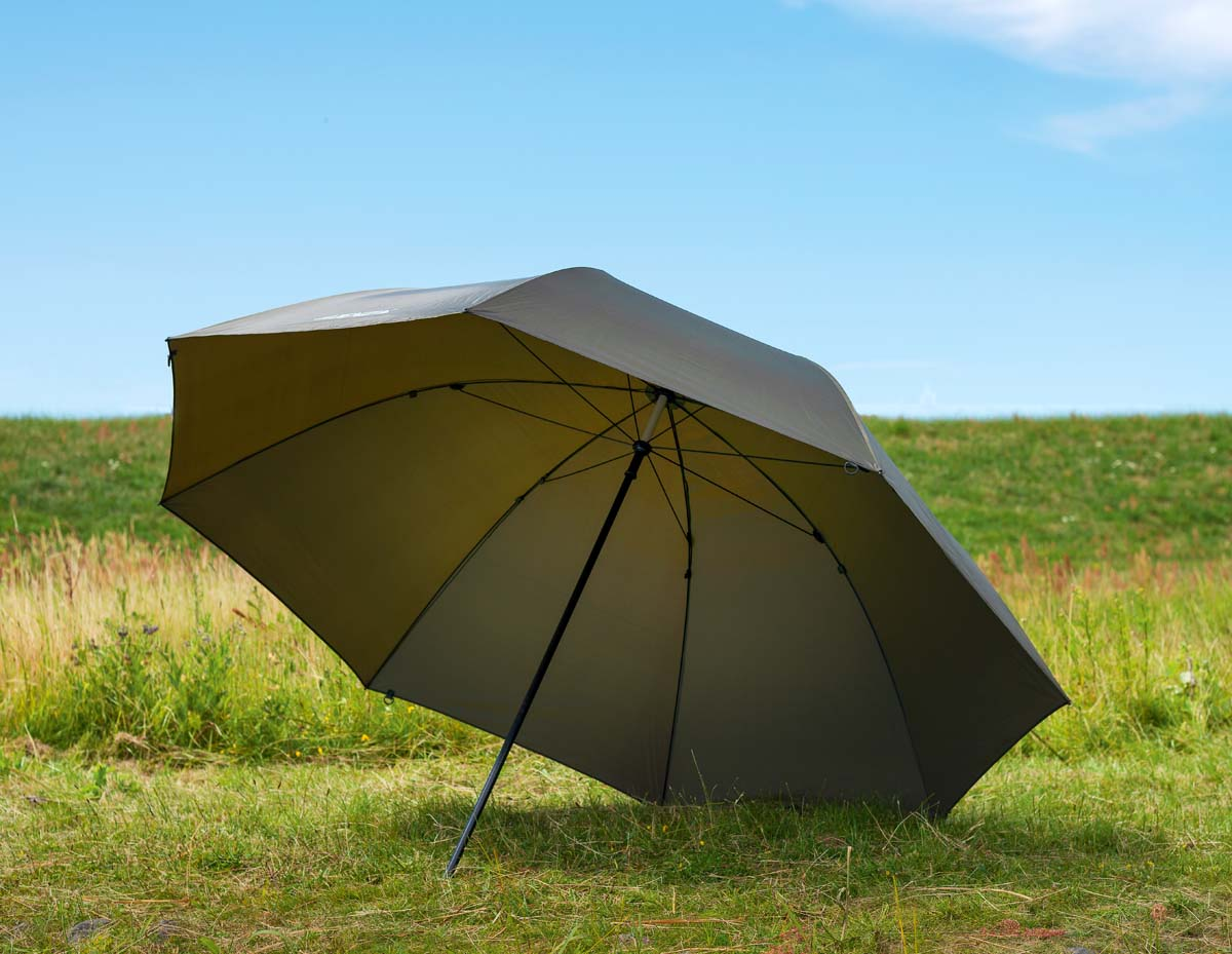 Ein großer Schirm ist für Angler, die mit wenig Gepäck flexibel bleiben wollen, eine gute Zelt-Alternative im Karpfencamp. Der Schirm von Jenzi bietet ausreichend Platz für bis zu zwei Liegen. Er besteht aus gummiertem PVC-Material und ist dank versiegelter Nähte wasserdicht. Man kann ihn sowohl senkrecht, als auch um 45 Grad geneigt aufbauen. Foto: BLINKER/W. Krause