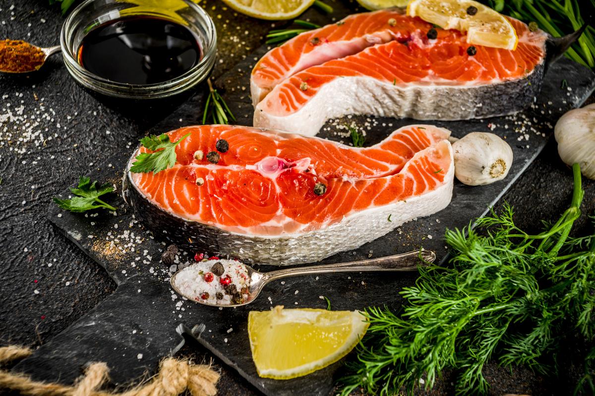 Lachs-Rezepte gibt es in Hülle und fülle. Wir stellen Euch hier eine kleine Auswahl vor, damit nicht nur das Fangen, sondern auch die Zubereitung in der Küche klappt.