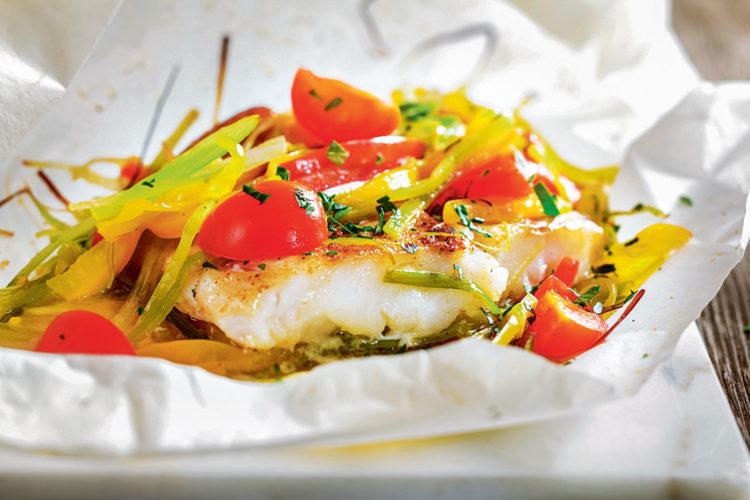 Das Kabeljau-Rezept Dorschfilet mit Gemüse im Pergament ist etwas aufwändiger in der Zubereitung, dafür bekommt man dann aber auch ein ganz besonders leckeres Stück Dorsch auf den Tisch. Leicht und gesund ist es noch dazu! Foto: Teubner