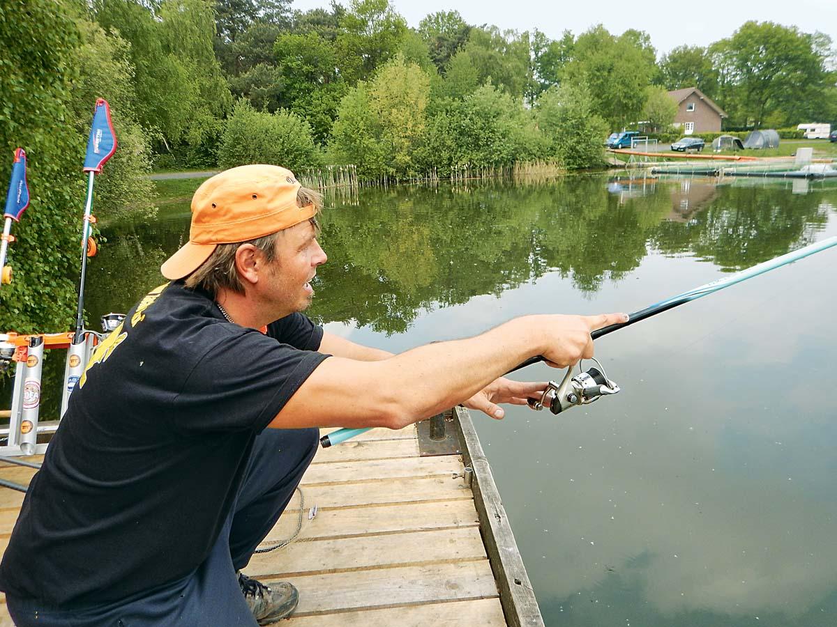 So geht's beim Biss: Rute nach vorne strecken und Kontakt zum Fisch halten. Foto: G. Bradler