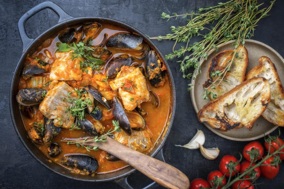 Die Fischer von Marseille haben die Bouillabaisse  erfunden. Sie wurde ursprünglich aus Resten vom Fischmarkt gekocht.