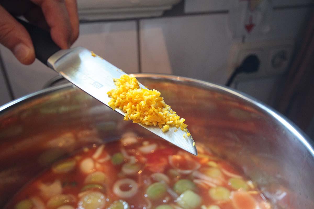 Schale einer Bio-Orange gibt der Suppe einen schönen mediterranen Geschmack. Foto: L.Berding
