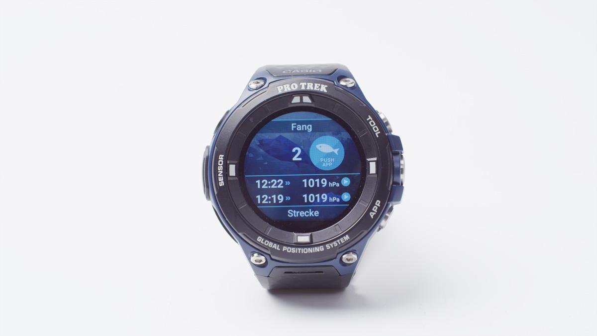 Mit nur einem Klick auf das Display, zeichnet die Smartwatch den Fang und Luftdruck auf. So können später wichtige Informationen gesammelt werden, mit denen man die Ausbeute im besten Fall steigern kann. Foto: M. Gelhard