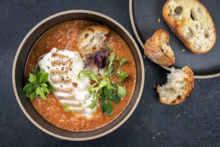 Fischsuppe ist immer ein gutes Rezept, wenn Reste in der Tiefkühltruhe liegen. Man kann natürlich auch das meiste selber angeln und die fehlenden Filets im Fischgeschäft ergänzen.