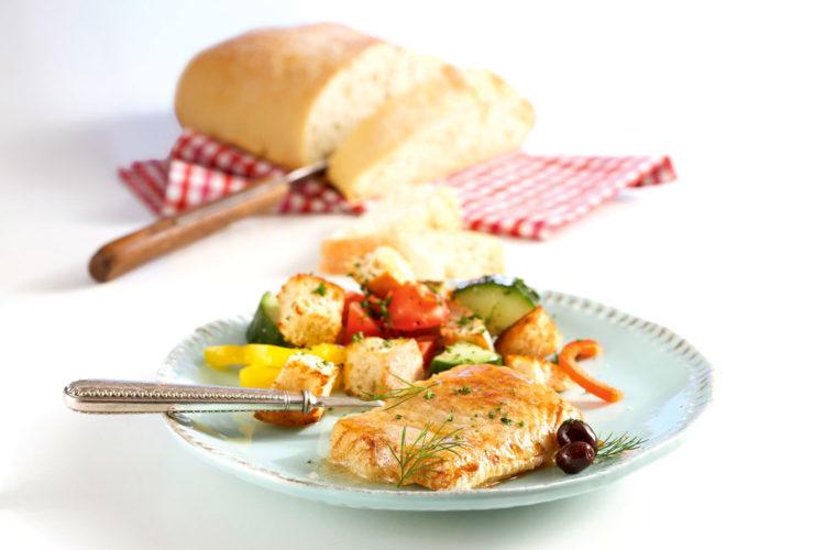 Brot und Fisch passen auf vielfältige Weise zusammen. Eine Kabeljau-Rezept, das Ihr einmal ausprobieren sollten, ist der gebratene Dorsch mit einem würzigen Brotsalat. Wie er zubereitet wird, zeigen wir Euch hier. Foto: Teubner
