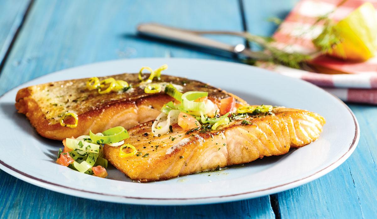 Gebratenes Lachsfilet mit Lauchgemüse ist schnell zubereitet und eine richtige Delikatesse. Foto: BLINKER/Teubner
