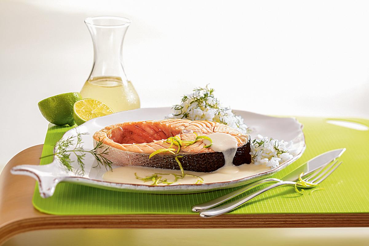 Gedünsteter Lachs in Limettensauce. hier zeigen wir Dir, wie Du dieses leckere Fischrezept eifach und schnell zubereiten kannst. Foto: AW/Teubner