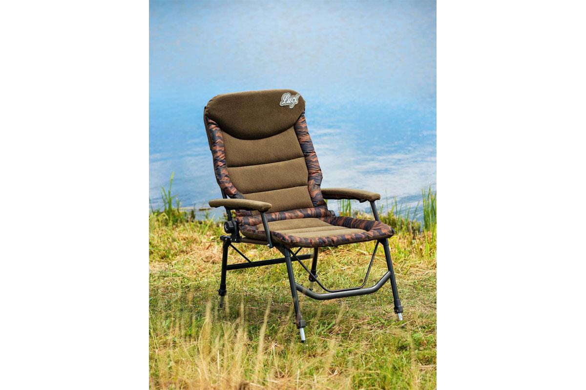 """Der """"Like a Big Boss""""-Stuhl von Lucx ist die optimale Wahl für Angler, die es gerne so richtig bequem haben. Der schicke Camouflage-Thermobezug über der stufenlos verstellbaren Rückenlehne und der Sitzfläche hält den Angler auch in kalten Nächten warm, der Fleece-Überzug an den Armlehnen sorgt für extra Komfort. Die Beine des """"Big Boss"""" sind verstellbar und können problemlos an verschiedene Bodenbegebenheiten angepasst werden. Foto: BLINKER/W. Krause"""
