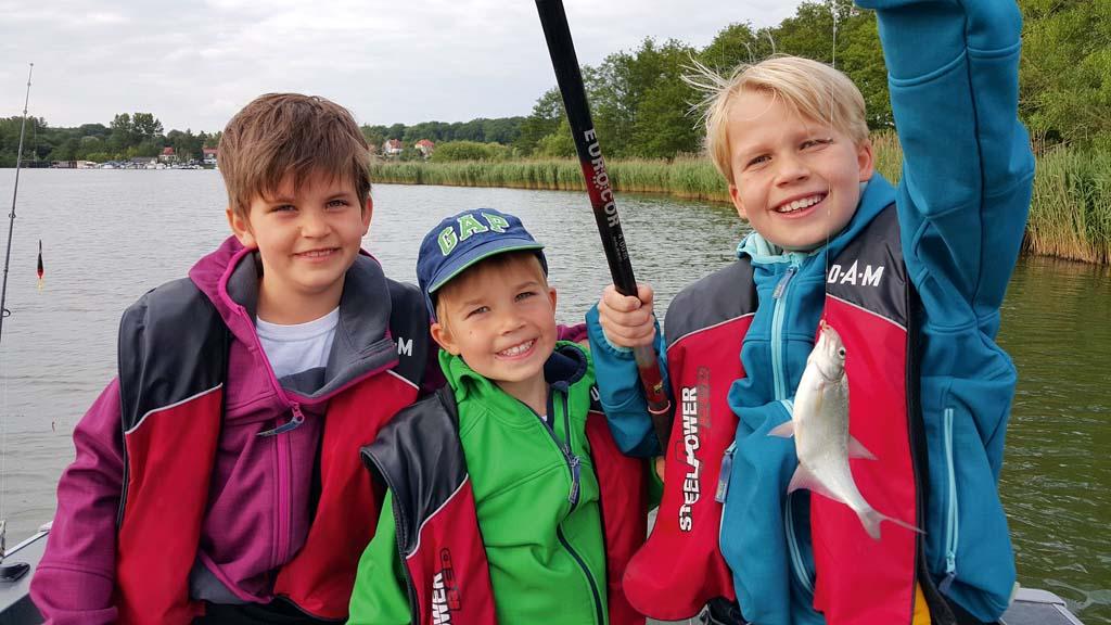 Mit dem Jugenfischereischein dürfen auch schon Kinder Angeln. Jedoch gibt es in jedem Bundesland unterschiedliche gesetzliche Bestimmungen, die unbedingt beachtet werden sollten, bevor die Jungangler ans Wasser gehen. Foto: J. Pusch