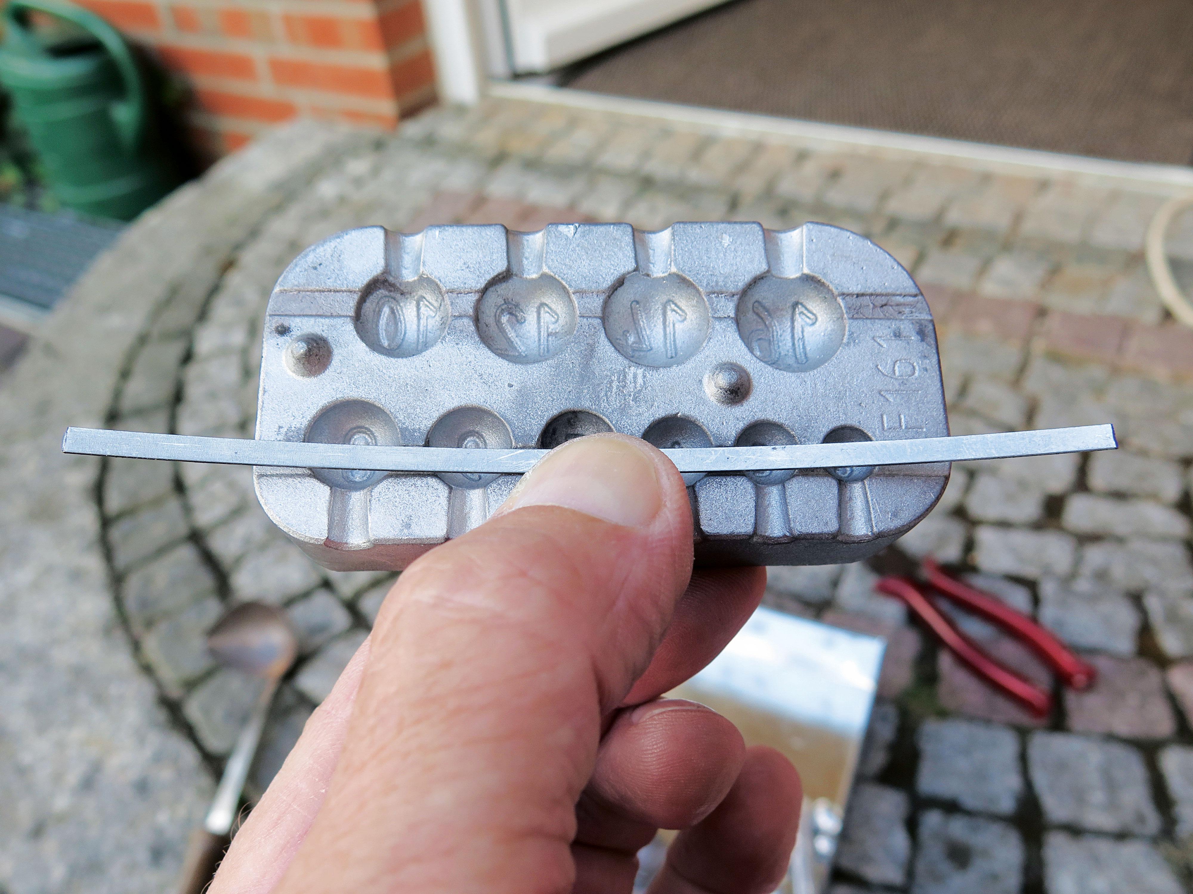 Durch die Streifen entsteht der für die Klammern benötigte Hohlraum im Blei. Foto: AngelWoche/R.Schwarzer