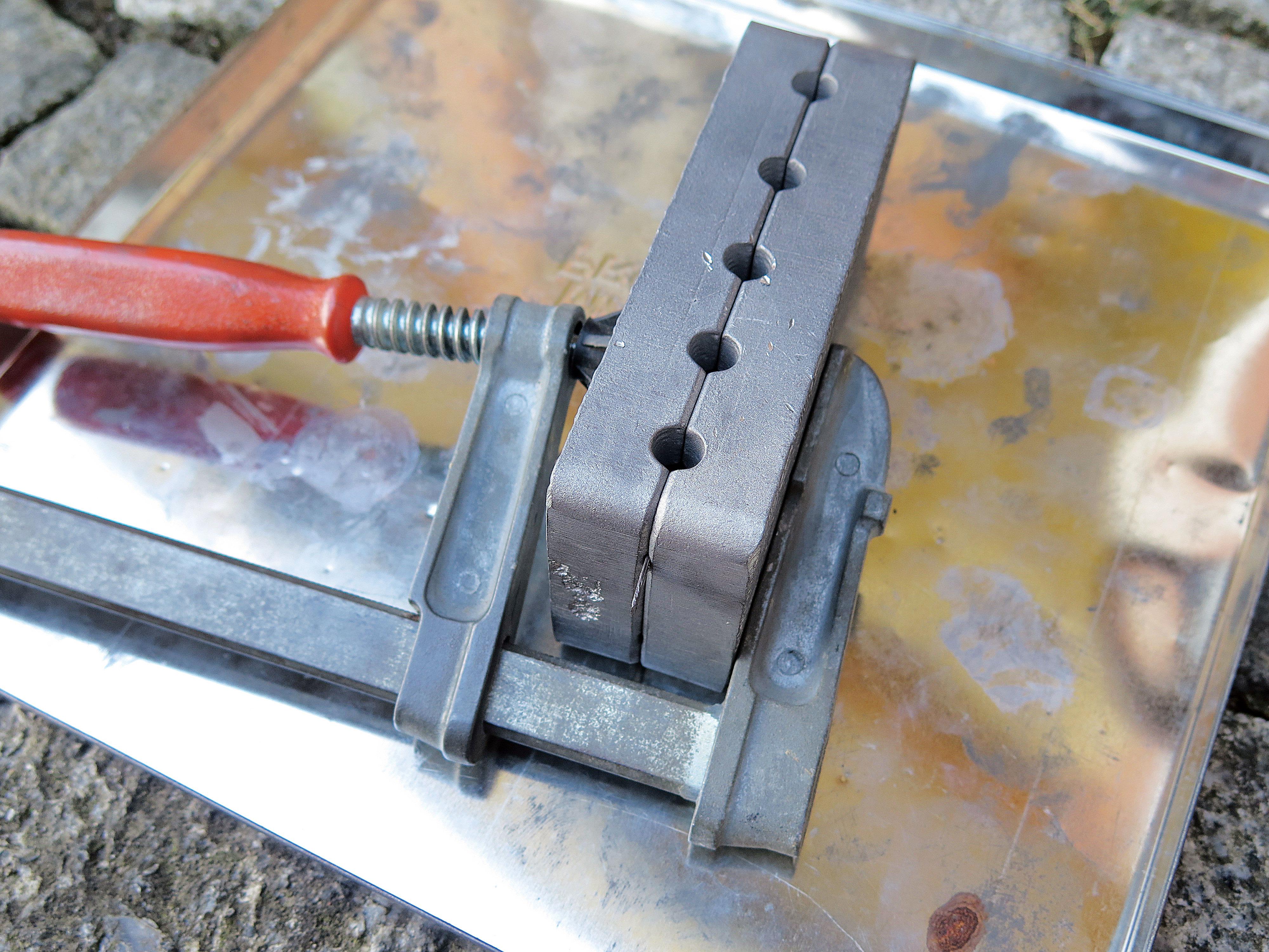 Vor dem Gießen wird die Form mit einer Schraubzwinge fixiert. Foto: AngelWoche/R.Schwarzer