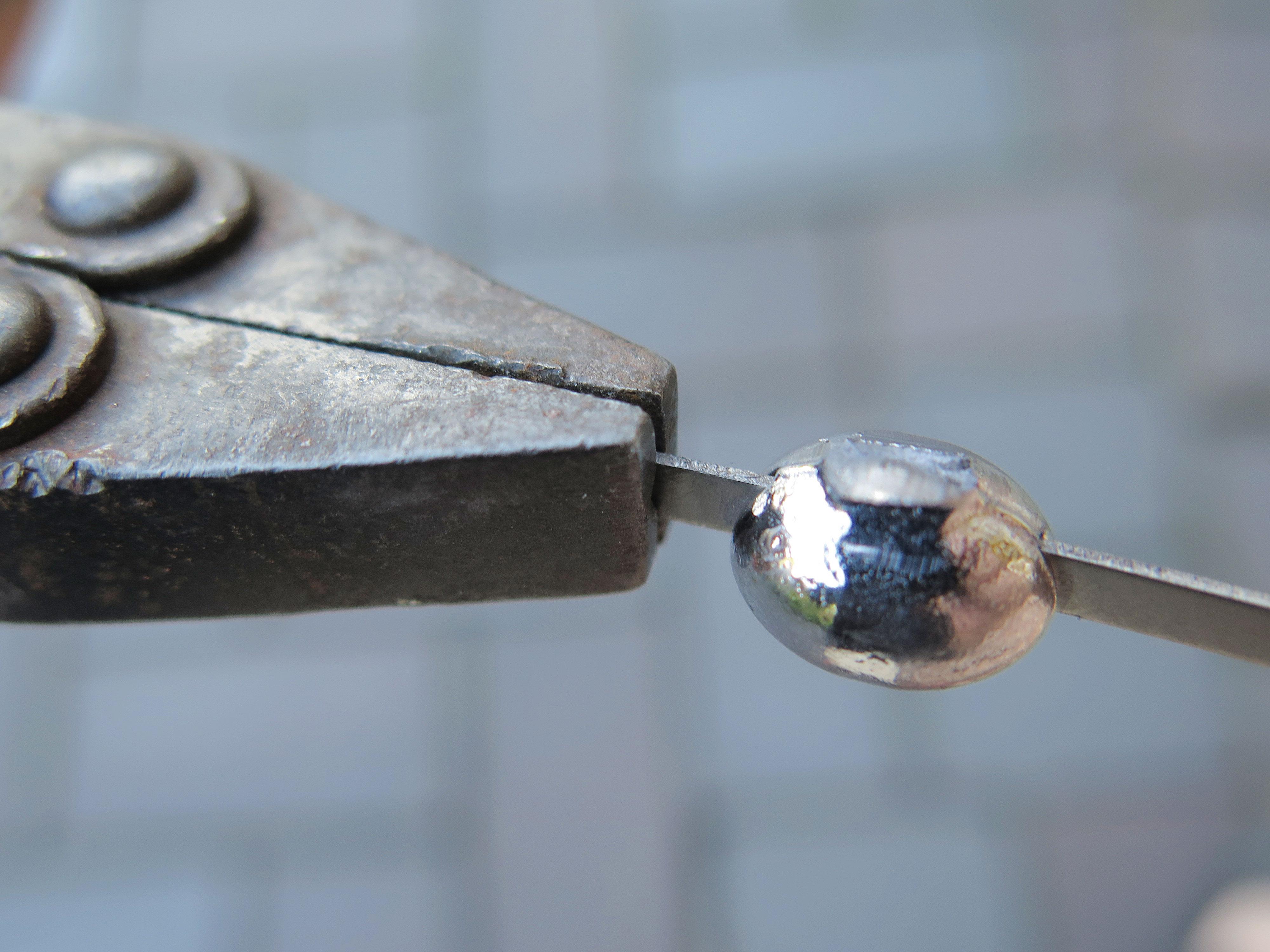 Nun den Blechstreifen mit einer Parallel- oder Kombizange aus dem Blei ziehen. Foto: AngelWoche/R.Schwarzer