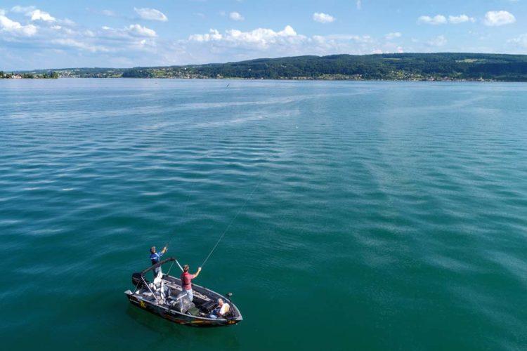 Beim Angeln im Bodensee muss man die Fische in der großen Wassermenge erst einmal finden. Foto: Blinker/F.Pippardt