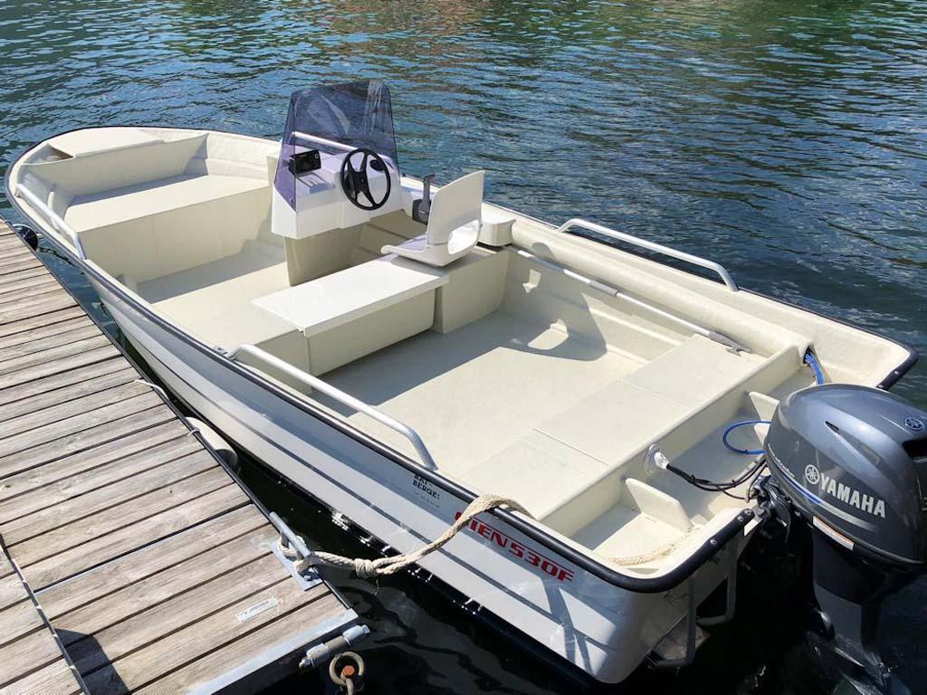 Zum Ferienhaus gehört ein 17 fuß Motorboot mit Echolot und 30-PS-Motor. Foto: Borks