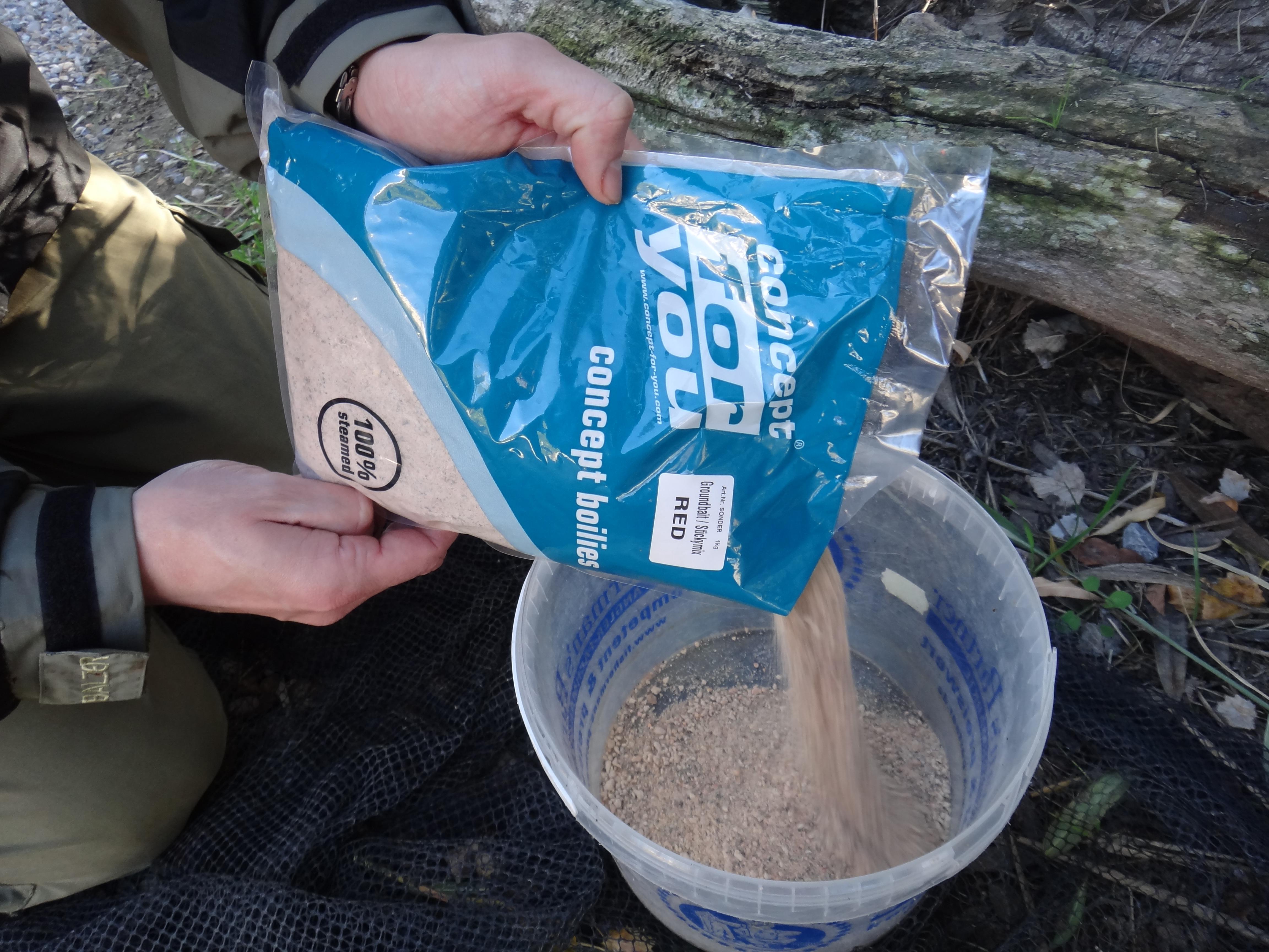 Zunächst füllt man die Trockenmischung in einen Eimer. Foto: Gregor Bradler