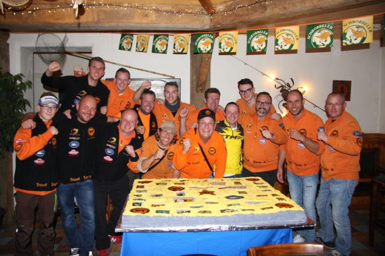 Zum Geburtstag gibt es eine Torte. Diese geht an Dirk Glinka und Lars Lindemann, die beiden Geschäftsführer von TFT.