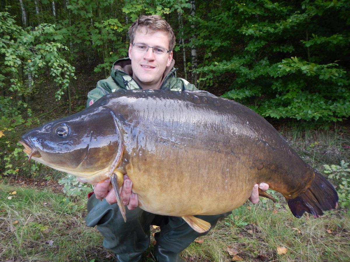 Gregor Bradler mit einem über 30 Pfund schweren Spiegelkarpfen. Diese erfahrenen Fische lassen sich mit klobigen und schweren Haken nicht mehr so leicht fangen. Foto: Gregor Bradler