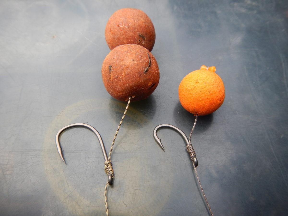 Zeiten ändern sich: Vor einigen Jahren kamen meist größere Köder und größere Haken zum Einsatz (links). Heute sind kleine Kugeln mit unauffälligen Greifern angesagt. Foto: Gregor Bradler