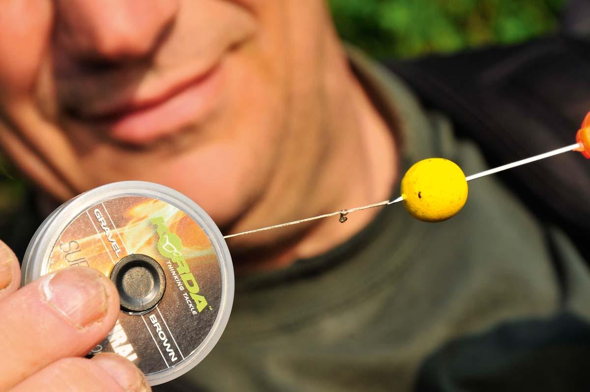 Einfacher geht's wirklich nicht: Bindet eine Schlaufe für das Haar und zieht einen der Pop-Up Boilies auf. Foto: karpfen/Uwe Steffen