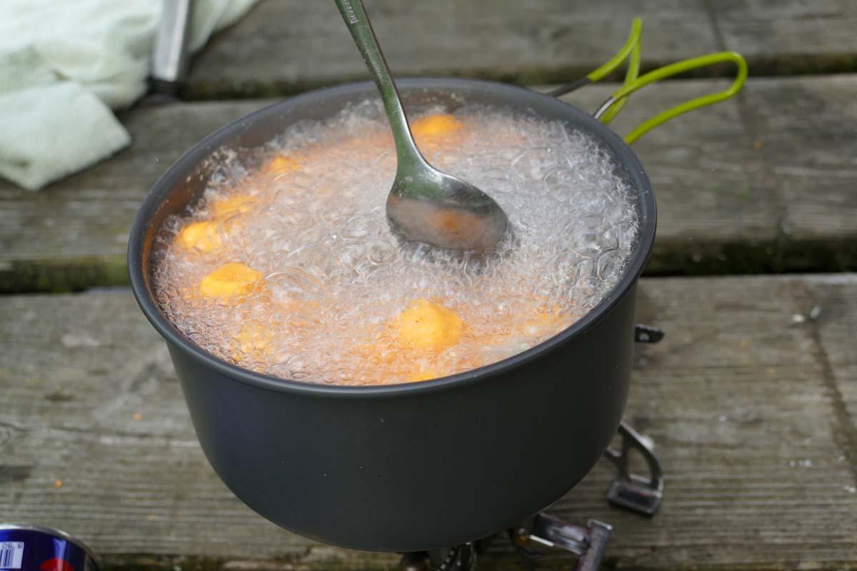 Die Pop-Up-Rohlinge werden für gut drei Minuten in Wasser gekocht. Dabei quellen sie etwas auf. Foto: karpfen/ Sebastian Schmidt