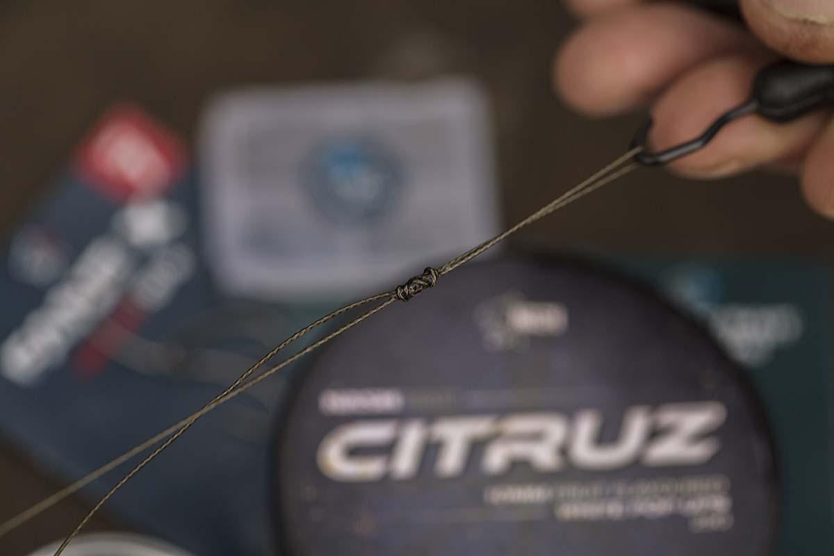 Ans Ende des Combilinks knüpft man eine große Schlaufe. Dadurch kann das Vorfach einfach und schnell gewechselt werden. Foto: karpfen/Max Hendry