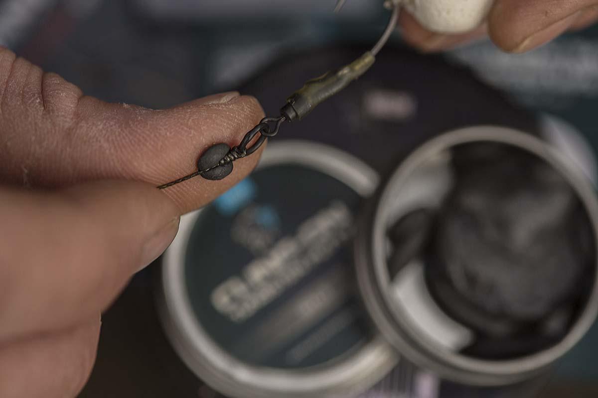 Zum Schluss wird etwas Cling-On Putty um den Knoten am Wirbel geknetet. Das Ronnie-Rig soll langsam in Richtung Boden sinken. Foto: karpfen/Max Hendry