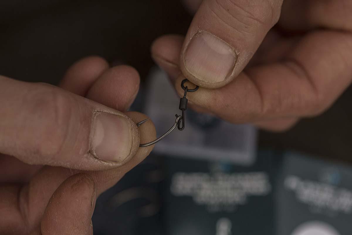 Der Quick Change Micro Ring Swivel wird durch das Öhr des Hakens geführt. Foto: karpfen/Max Hendry