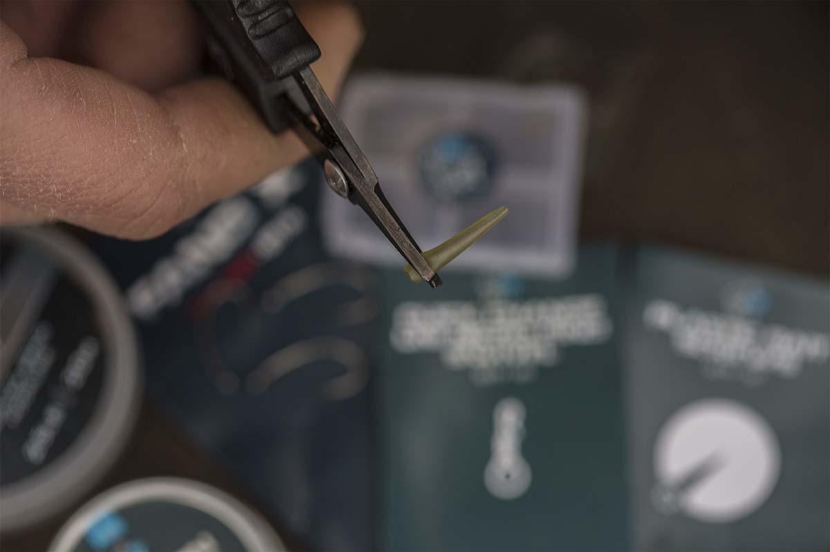 Einige Millimeter von der breiten Seite des Hooklink Sleeves werden entfernt. Foto: karpfen/Max Hendry