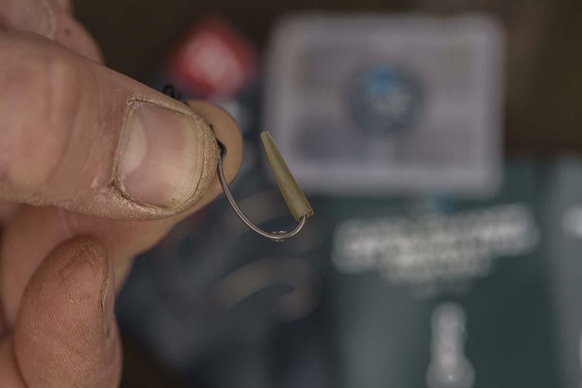 Man schiebt das Sleeve mit der breiten Seite voran auf den Haken. Foto: karpfen/Max Hendry