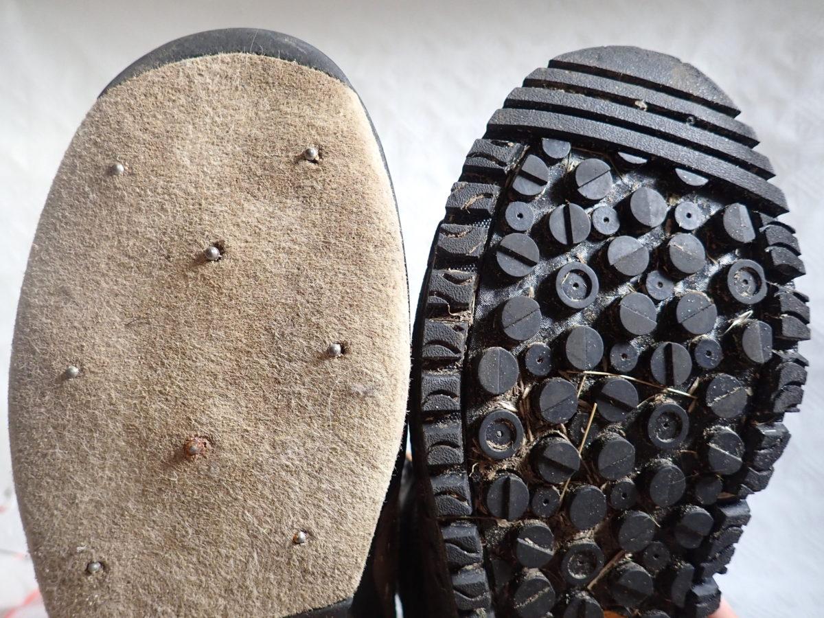 Eine Filzsohle (links) bietet auf hartem Untergrund (algenbewachsene Steine) idealen Halt, eine Gummisohle hingegen auf weichem Untergrund (Gras). Auf Kies- oder Sandboden können Sie beide Sohlentypen verwenden. Für beide Sohlen gibt es übrigens Spikes zum Nachrüsten. Der linke Schuh mit der Filzsohle ist mit Spikes ausgestattet. Foto: M. Werner