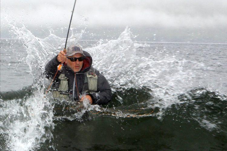 Ist die Wathose mit den richtigen Sohlen ausgestattet, haut einen auch so eine Welle nicht um. Michael Werner, er blieb fast trocken, trägt beim Fliegenfischen im Meer am liebsten Filzsohlen mit Spikes. Foto: O. Portrat