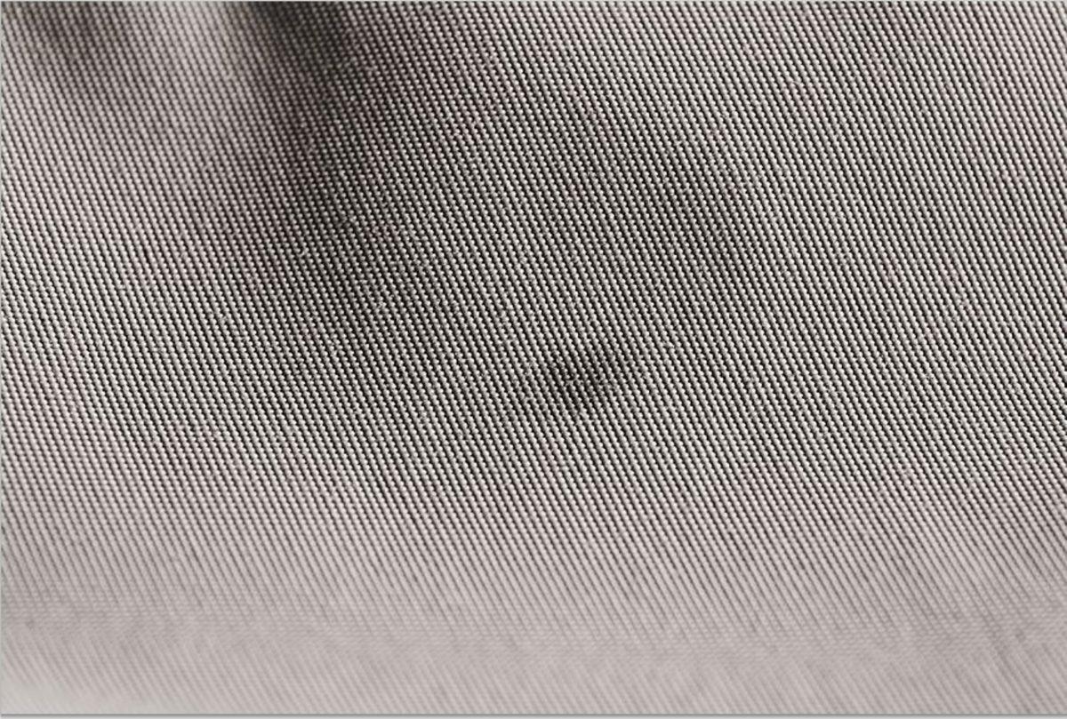 Um Löcher in der Wathose zu finden, besprühen Sie die Außenseite mit Isopropanol. Ist ein Loch vorhanden, dann bildet sich ein kleiner, dunkler Fleck. Foto: Axel Wessolowski