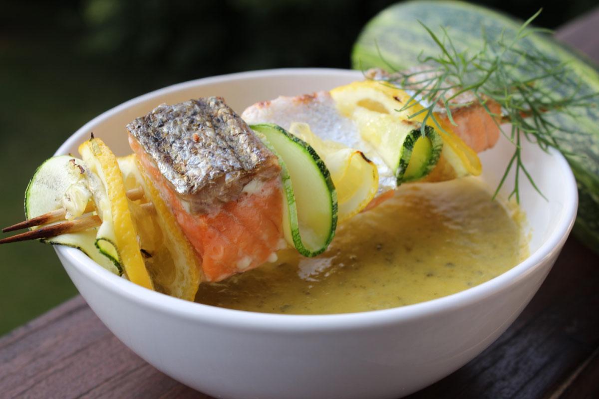 Lachs-Spieße mit Zucchini-Suppe ist schnell und einfach zubereitet und schmeckt einfach hervorragend. Foto: Matthias Würfl
