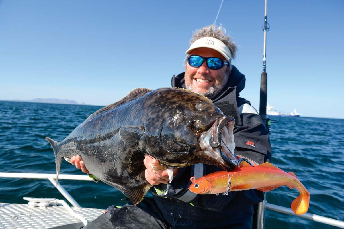 Beim Angeln auf Hitra sind Heilbuttfänge zur Saison möglich, wie hier Autor Rainer Korn mit diesem Fisch zeigt. Foto: R. Korn
