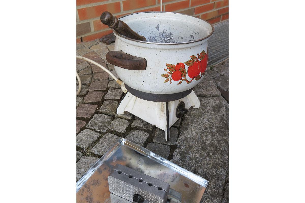 Ein alter, ausgedienter Kochtopf eignet sich ideal, um das Blei zu erhitzen.