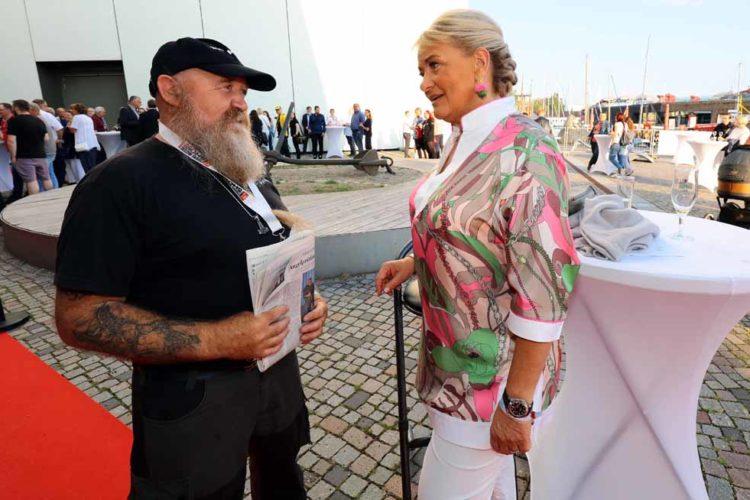 Die Präsidentin der Royal Fishing Kinderhilfe, Alexandra Jahr, begrüßt den Rostckoer Peter Rienow , der seit fast 20 Jahren das Hilfsprojekt in MV unterstützt.