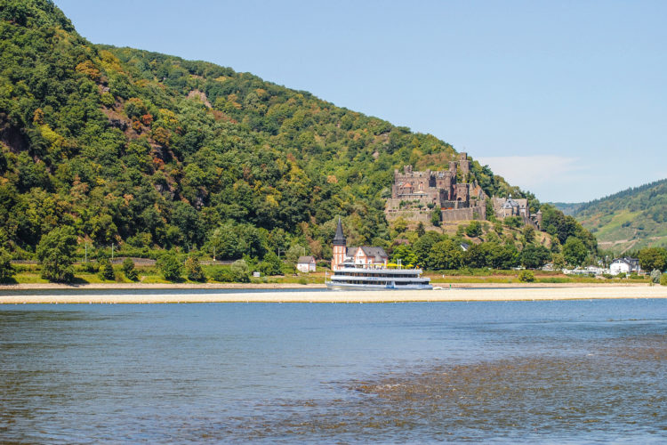 An einigen Stellen des Rheins kann man theoretisch bis zur Fahrrinne laufen! Foto: AngelWoche/Kai Chaluppa