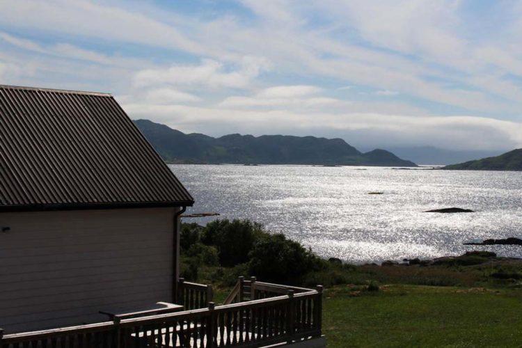 Dieser tolle Ausblick erwartet Euch beim Angelurlaub in Skare bei Ålesund vom Ferienhaus. Foto: Borks