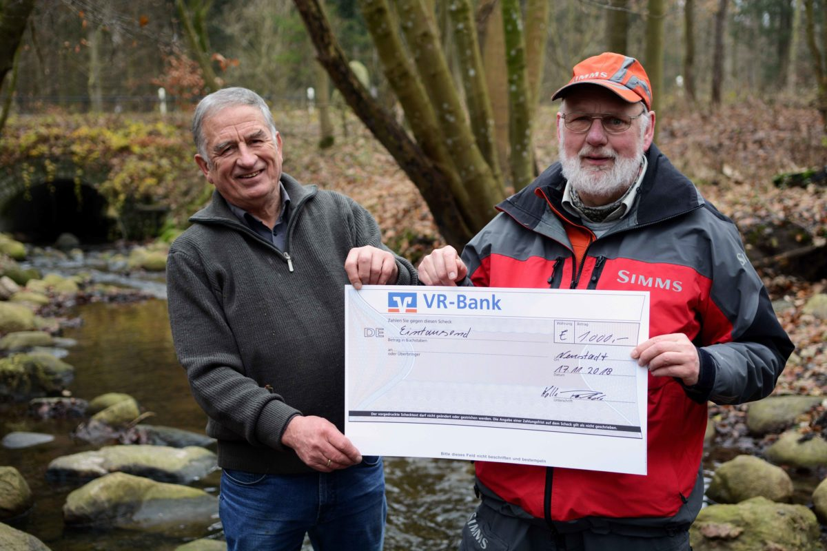 Kalle Rohde stiftete die stattliche Summe von 1.000 Euro für den Schutz des Lachsbaches, der bei Neustadt in die Ostsee mündet! Es ist das wichtigste Laichrevier für Lachs und Meerforelle in der Neustädter Bucht.