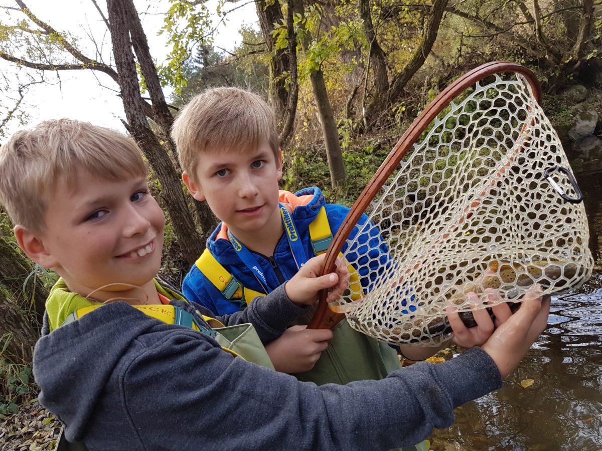 Die Teilnehmer der Fliegenfischen Schul-AG waren bereits beim Fischen. Der Angelpark Wagner hat die AG eingeladen und auch an der Aar wurde bereits mit der Fliege gefischt.