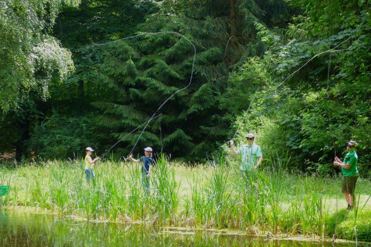 Zum Werfen-Üben fuhr den die Teilnehmer der Schul-AG an einen Teich bei Nieste. Fotos: Stefanie Löffler