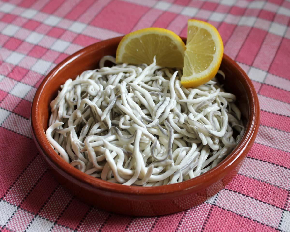 Glasaal-Surimi: Diese Portion enthält mehrere hundert Glasaale – und macht nicht satt! Foto: ! Bikkit !/Wikipedia