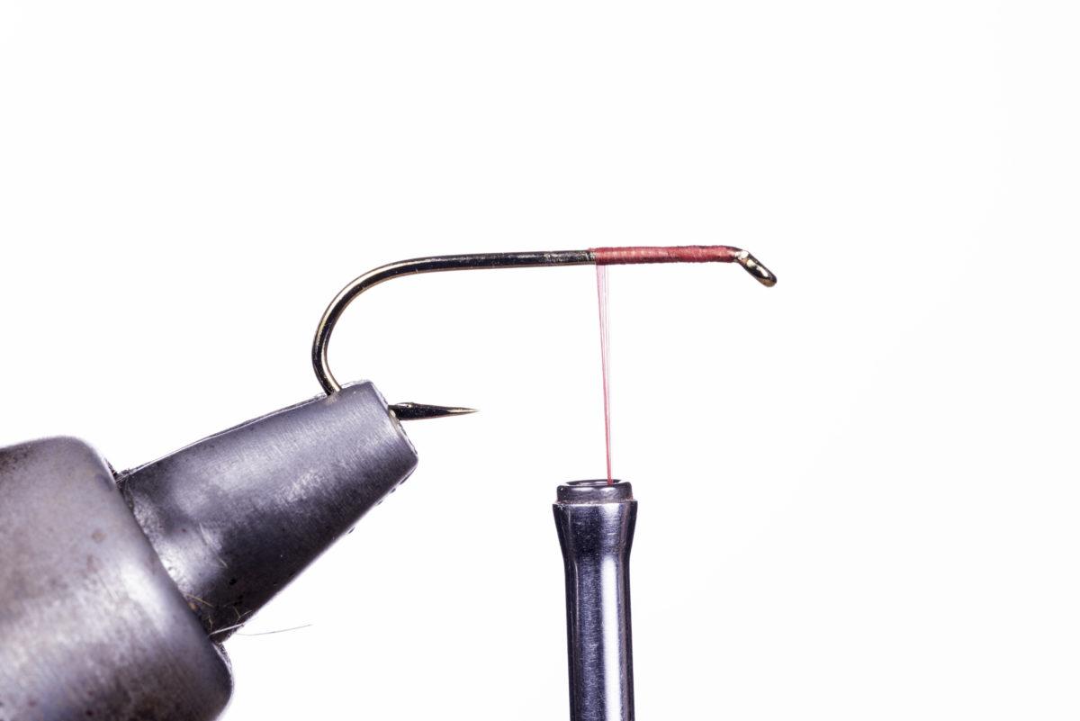 4. Jetzt können Sie den Bobbin loslassen und durchatmen – Ihre erste Grundwicklung ist fast fertig, Sie haben den Faden (ohne Knoten oder Klebstoff) perfekt fixiert.