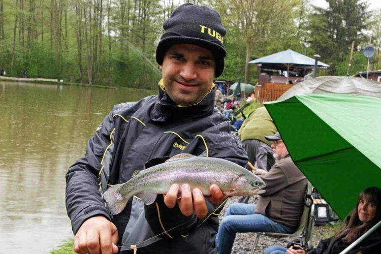Auch Forellen-Experte Rudi Eisenbarth war dabei und zeigte den Interessierten, worauf beim Forellenangeln zu achten ist.