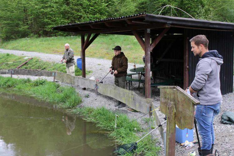 Wenn sich kurzzeitig Regen einstellte, konnte die Teilnehmer Schutz unter den kleinen Hütten finden.