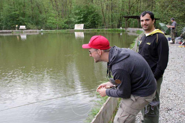Auch wir, wie hier BLINKER-Redakteur Johannes Radtke, scherzten gerne mal mit Forellen-Experte Rudi Eisenbarth.